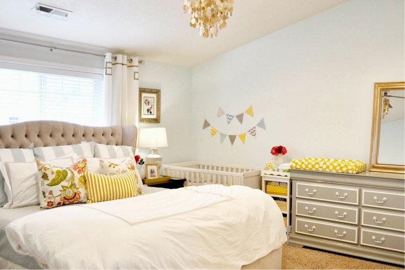 интерьер спальни родителей с кроваткой для ребенка