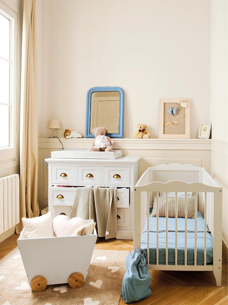 кроватка и мебель в комнате новорожденного